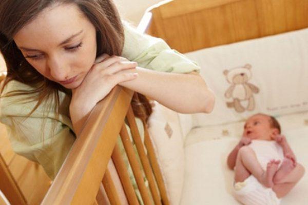 Мама и ребёнок в кроватке
