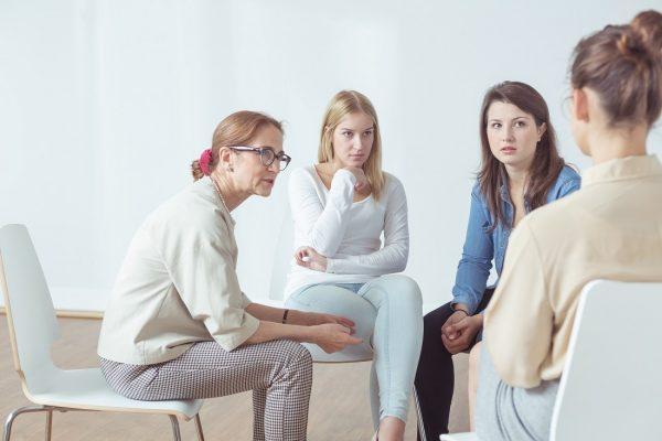 Женщины разговаривают