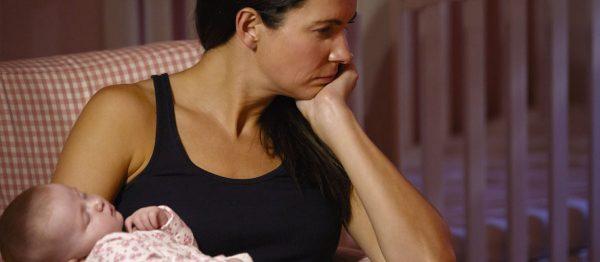 Женщина держит младенца