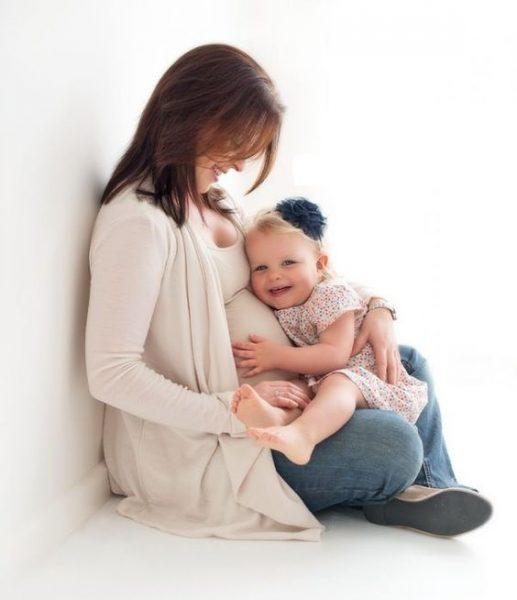 Беременная женщина с ребёнком