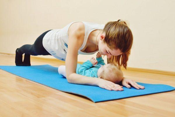 Упражнение «планка» для матери с ребёнком