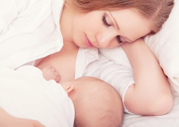 Мама кормит ребёнка грудью