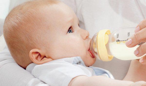 Малыш пьёт из бутылочки