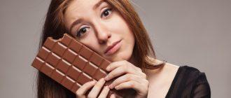 женщина с ребёнком ест шоколад