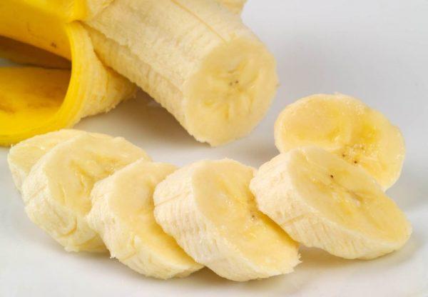 Нарезанный банан на столе