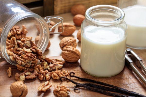 Грецкие орехи и молоко