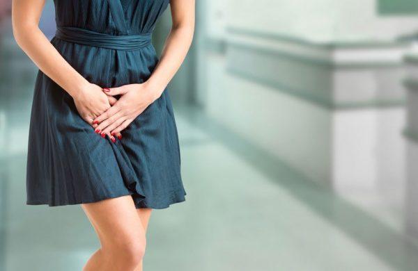 Деликатная проблема у женщины в синем платье