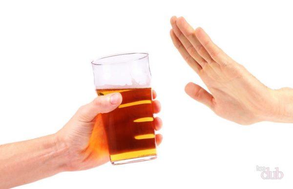 Человек отказывается от бокала пива