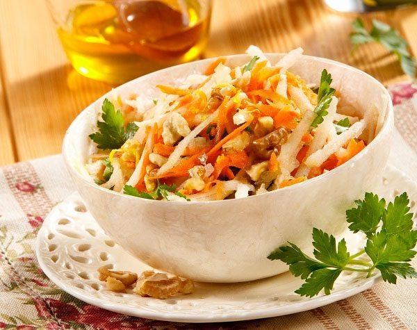 Салат из моркови и яблок с сыром