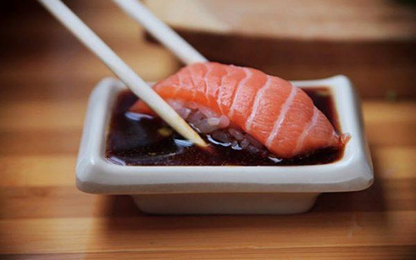 Суши с соевым соусом
