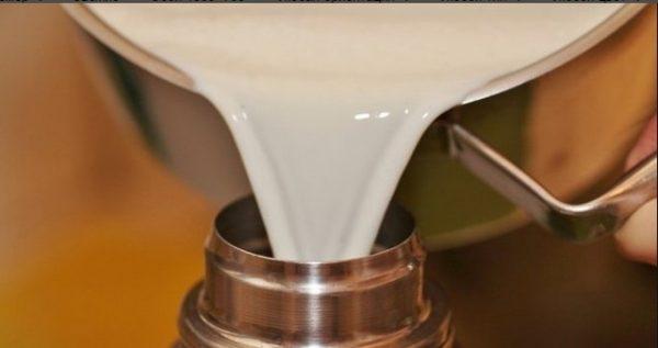 Молоко заливается в термос