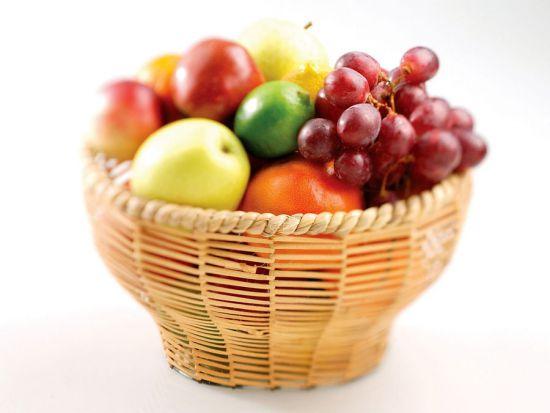Ягоды и фрукты в корзине