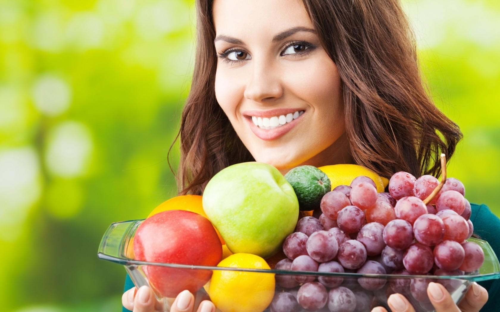Сезонный вопрос: полезные и вредные фрукты и ягоды для кормящих мам