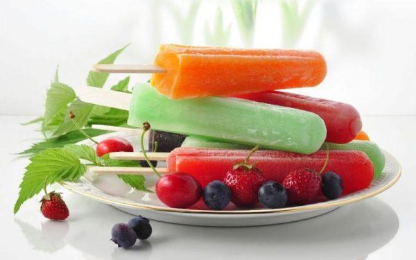 Мороженое фруктовый лёд, клубника, вишня и черника в тарелке