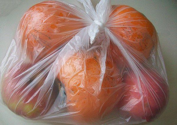 Пакет с яблоками и хурмой