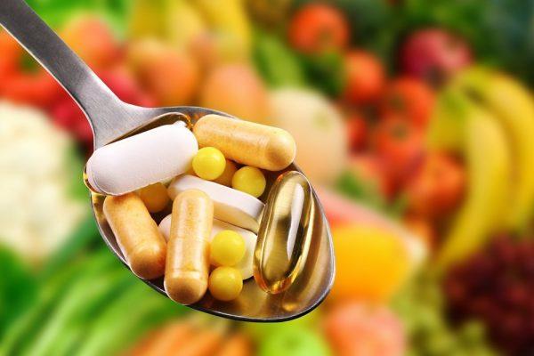 Витамины в таблетках на ложке