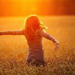 Женщина радуется лучам солнца