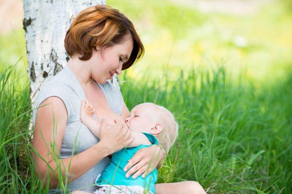 Кормящая мать и грудной ребёнок