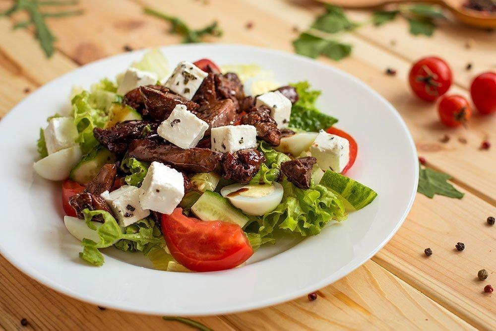 Например, тот же рецепт салат из печени говяжьей с морковью можно приготовить и из свиной печени.