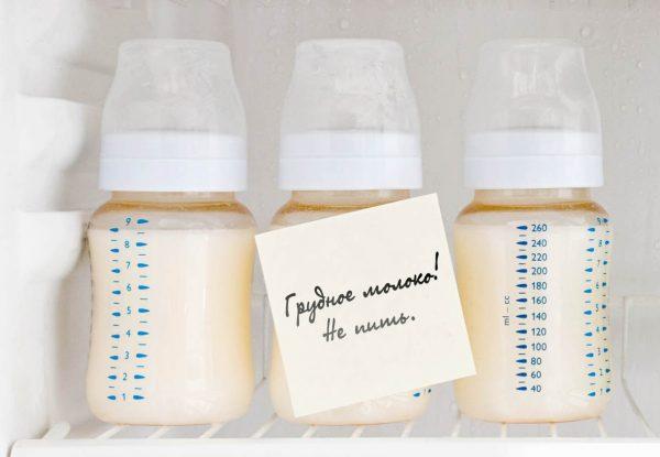 Бутылочки со сцеженным молоком в холодильнике