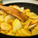 Картофель жарится на сковороде
