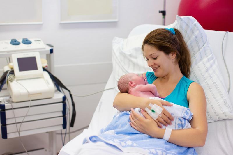 Мама и младенец в палате