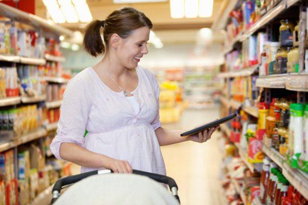 Девушка с коляской в магазине