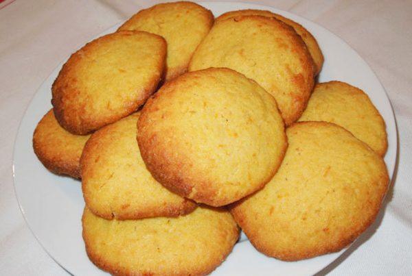 Печенье из кукурузной муки на тарелке