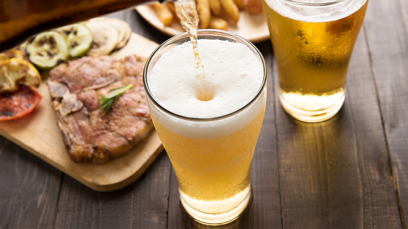 Можно ли кормящей маме безалкогольное пиво: польза и вред напитка