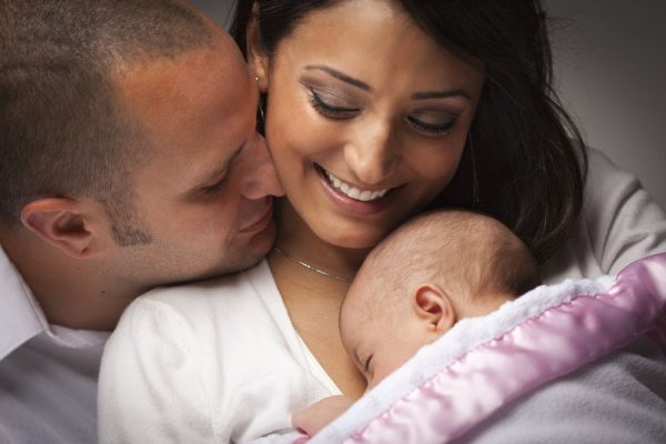 Счастливые супруги с младенцем