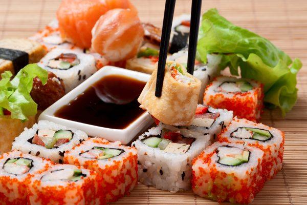 Суши и роллы с соевым соусом