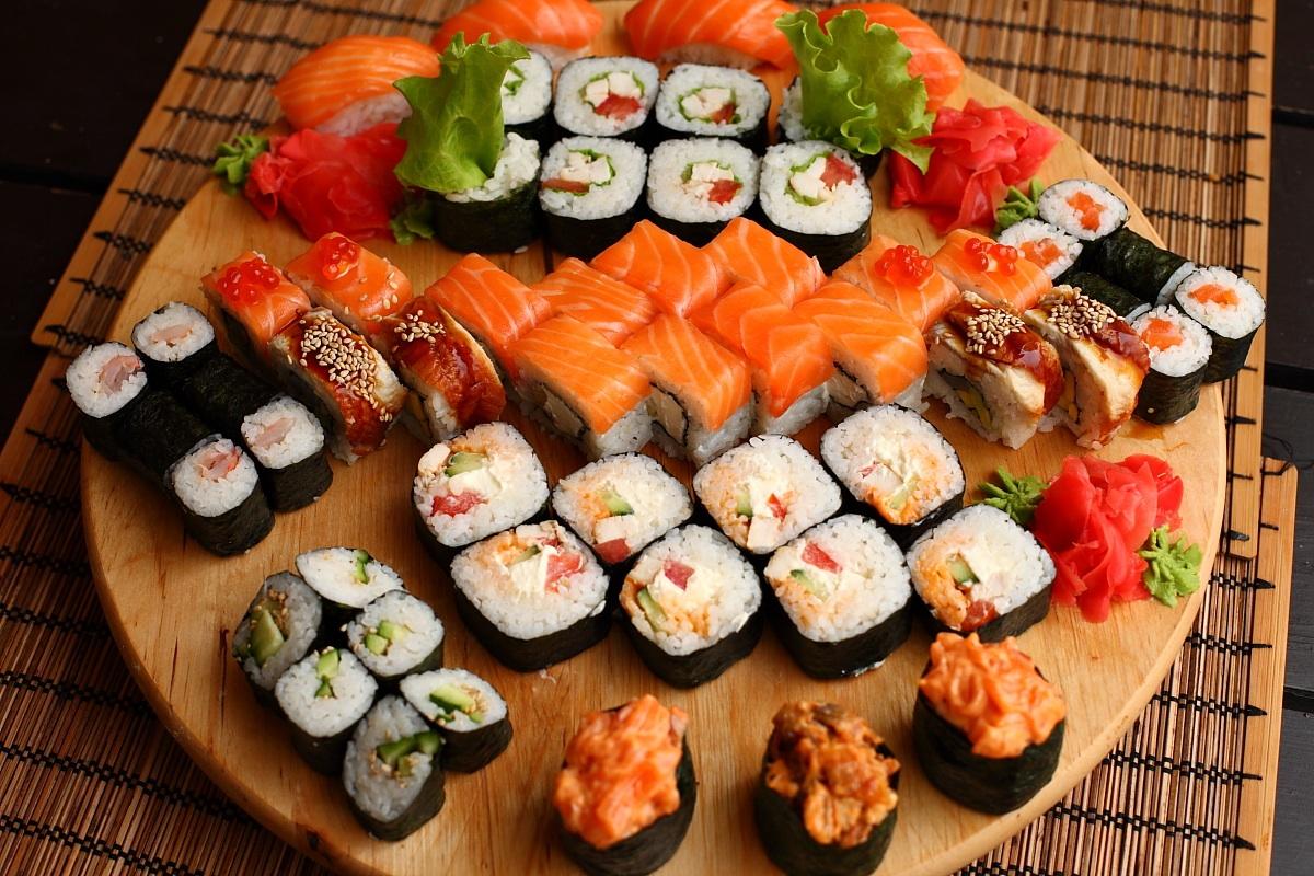 Можно ли суши и роллы кормящей маме: за и против