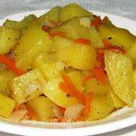 Тушёный картофель с морковью и луком