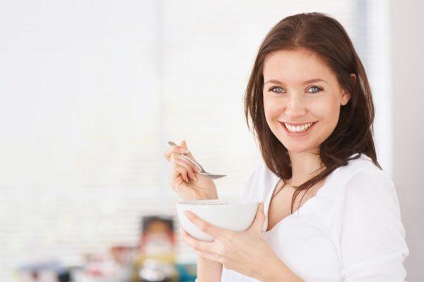 женщина ест