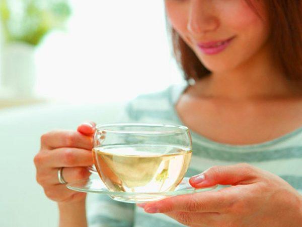 Женщина с чашкой иван-чая