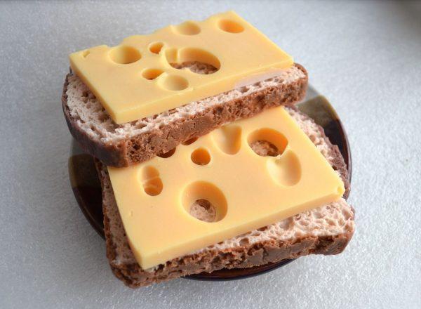 Бутерброд с сыром и чёрным хлебом