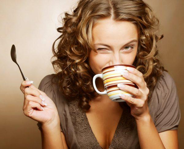 девушка пьет какао