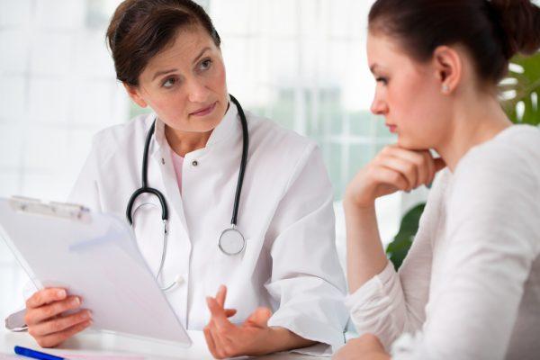 Доктор обсуждает с пациенткой схему лечения