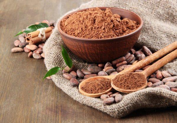 какао-порошок в тарелке