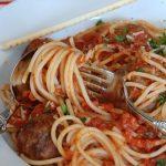 Макароны с жирным мясным соусом