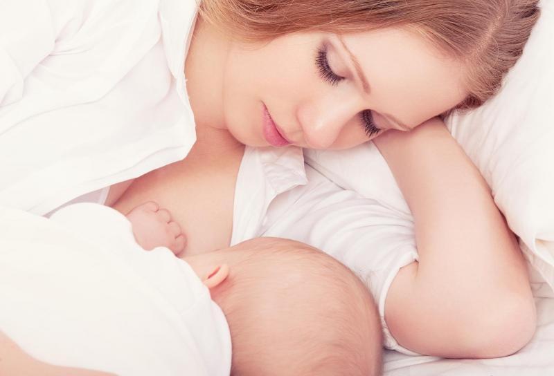 Правильное прикладывание младенца к груди: основные моменты