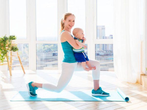 мама занимается физкультурой с малышом
