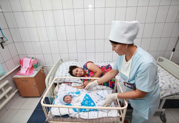 Мать и ребёнок в роддоме