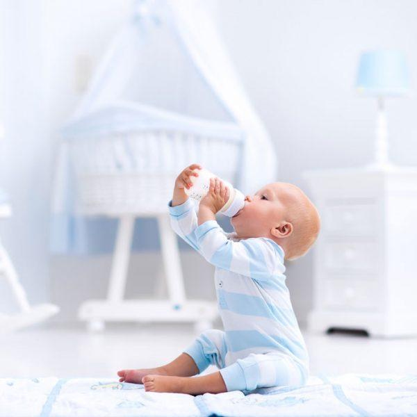 младенец рядом с бутылочкой