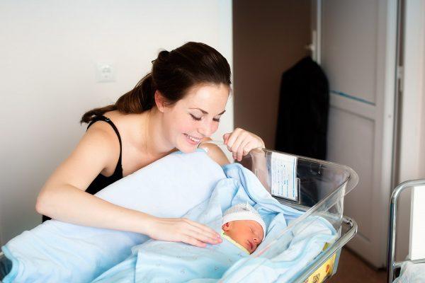 Молодая мама и младенец