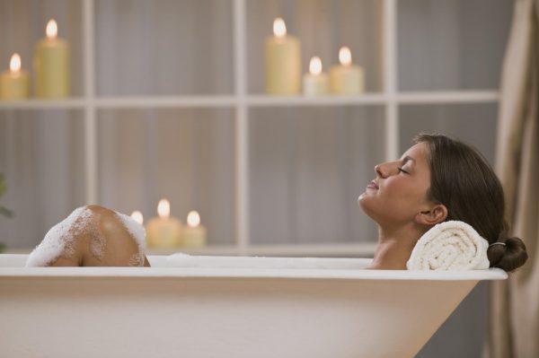 Молодая мама принимает ванну