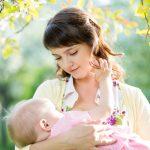 Молодая мама с младенцем