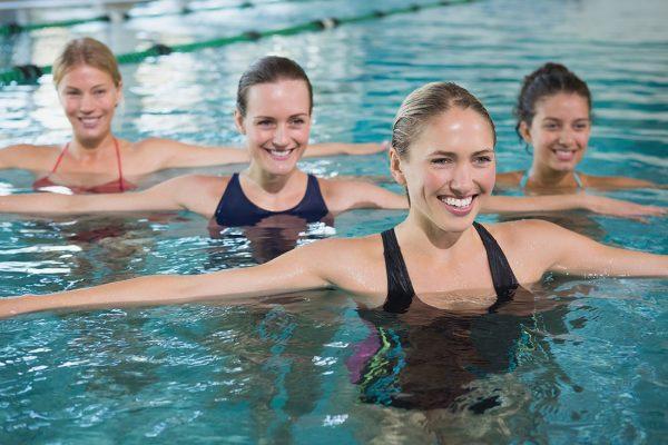 Молодые мамы занимаются в бассейне