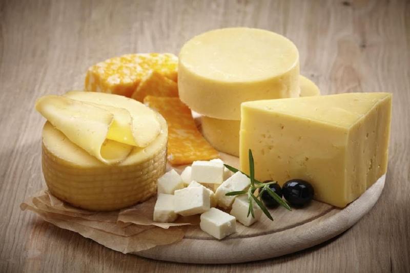 Сыр - полезный продукт, который можно включать в рацион кормящей мамы сразу после родов