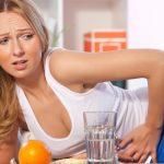 У женщины болит область желудка